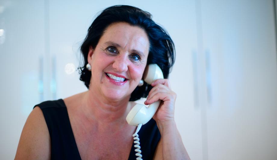Sara Eichhorn am Telefon Nahaufnahme