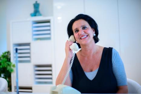 Sara Eichhorn am Telefon Fernaufnahme